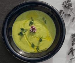 Zucchini Suppe mit frischer Minze und Sauerrahm