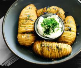 BioGourmet Rezept Vegane Hasselback-Kartoffeln mit Kräuter & Blütensalz
