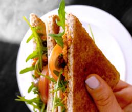 BioGourmet Antipasti Mix Rezept - Mediterraner Toast mit Tomate und Rucola