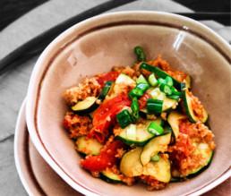Vegetarische Bulgur-Gemüse-Pfanne mit Joghurt Dip BioGourmet Rezept